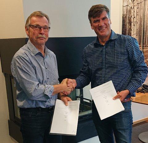 OPPKJØP: Lars Flåtnes (f.v) er fornøyd med avtalen. Her med styreleder i Otterlei Group AS, Jan Sigurd Otterlei.