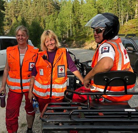 FRIVILLIG: Wenche Lyngholt Hagen, Linda Brenne og Lars Christian Gullbring bisto brannmannskapet under skogbrannen ved Øysteinstul.