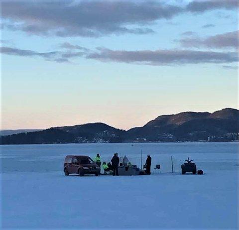 ISPILKERE: Det var ikke småtteri denne gjengen hadde valgt å ta med seg ut på isen da pilket i Sandebukta lørdag ettermiddag.