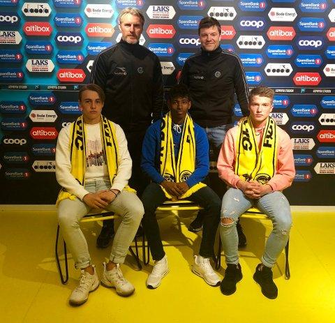 Elias Hoff Melkersen, Adan Hussein and Mads Fagerli Halsøy har signert proffkontrakt. Her med spillerutvikler Cato Hansen og sportslig leder Aasmund Bjørkan.