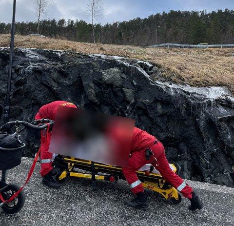 PÅ STADEN: Her ser ambulansepersonellet til barnet som fall ned frå fjellskrenten i gangvegen. Bildet er henta frå den offentlege postjournalen til Sunnfjord kommune.