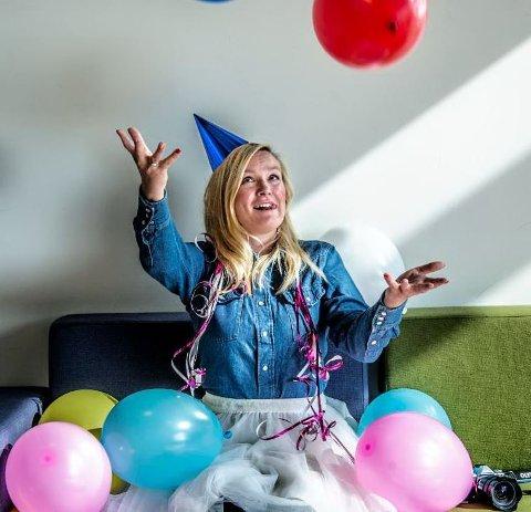 Glede: Sara Johannessen fra Gressvik elsker bursdager så mye at hun har gitt ut bok om temaet. – Alle fortjener å bli feiret, mener 32-åringen.