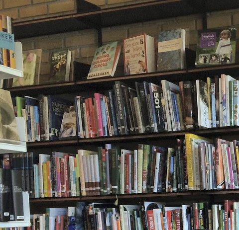 LES OG VINN: Biblioteksjef Eva Engskar i Lunner håper mange barn vil delta i årets lesekampanje.