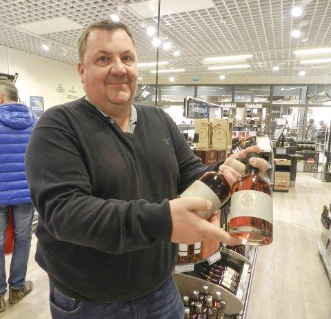 Steinhoggersnaps: Magne Rekstad viser her snapsen som nå er i ferd med å få et marked også utenfor Halden.