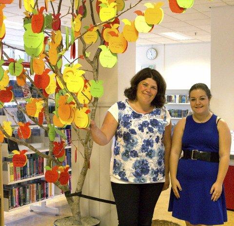 Lese: Hedvig Grønlund Moen (t.h.) og Elise Skogby er fornøyde med at så mange deltar i sommerens lesekonkurranse.