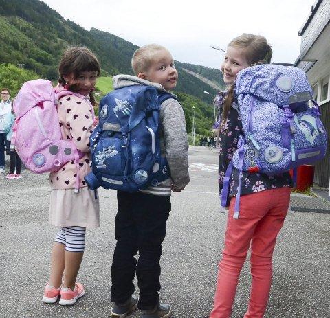 Fyrste skuledag: Sofia Isabelle Benjamin, Jakob Elisas Eitrheim-Utne og Maria Raaen Widding med nye sekkar.