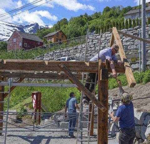 Dugnad: Elias Bleie på stigen, Håvard Aga med ryggen til og Øyvind Lund i bakkant.