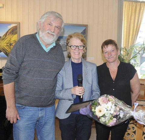 Sagapris: Sekretær Harald Wiggo Erdal,  og styremedlem Tone Moby Røreng fra Sagavägforeningen overrakte prisen til Kulturverksted representert ved  styreleder for Kulturverkstedet, Anne Severinsen (i midten).