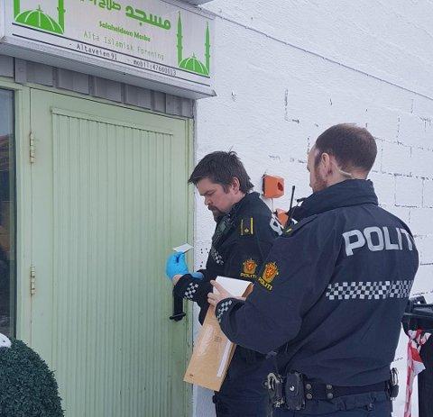 SKAPER FRYKT: Politiet rykket mandag ut til moskeén i Alta for å  fjerne nazi-klistremerker som noen hadde hengt opp.