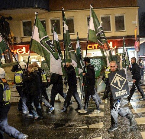 Øker: Den Nordiske Motstandsbevegelsen under en marsj i Stockholm, Sverige i 2013. foto: Scanpix Den høyreekstreme organisasjonen Nordiska motståndsrörelsen demonstrerte lørdag i Stockholm til støtte for sine meningsfeller i det greske politiske partiet Gyllent daggry. Foto: JESSICA GOW / TT / NTB scanpix