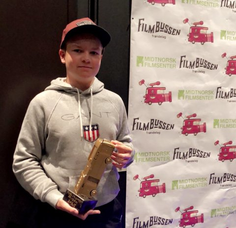 Christer Høstland Hanssen (13), fikk utdelt Gullbussen som vinner av publikumsprisen for filmen «Den siste namsosing» under Storpremieren på Rosendal Kino og teater i Trondheim. Han laget filmen sammen med Nikolay Sæter Danielsen og Noah Skei Ledang.