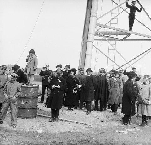 STOR STÅHEI: Mange møtte opp for å se eventyrernes luftskip 14. april i 1926.