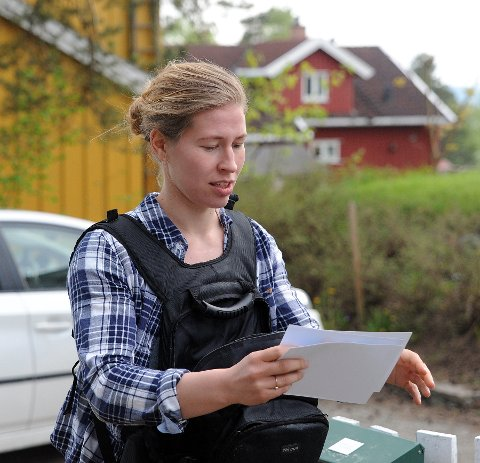 DØR TIL DØR: Ane Marthe Lines og jentene holdt på i flere timer.