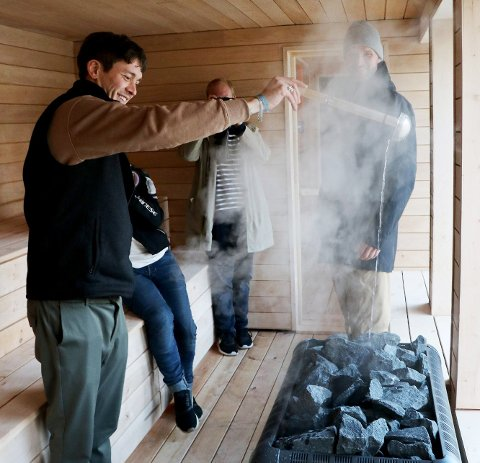 Her er et bilde fra da Pust åpnet badstua i Tromsø sentrum. Gründer Andreas Joki Arild tester ovnen. Foto: Silje Charlotte Solstad