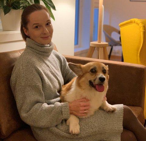 NY FASTLEGE: Anna Ilona Polak er ansatt som ny fastlege ved Nordbyen legesenter. Her hjemme på Verningen med hunden Lilly.