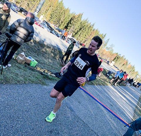 Her går Vegard Åsland Sørensen i mål i Persemaraton utenfor Gardermoen søndag. Tida ble så sterk som 2.42,20.
