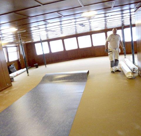 Flott: Håndverkere fra Malermester Evensen har lagt nytt gulvbelegg på dørken i 1.-klassesalongen på Storegut.