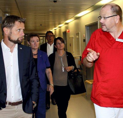 På akutten: Bent Høie (t.v.) ble vist rundt på Ahus av Kåre Løvstakken før valget i 2013.