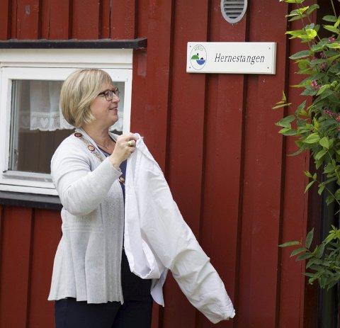 NYÅPNING: Hernestangen Kystledhytte ble åpnet med en høytidelig «avduking» som ordfører Eva Norén Eriksen i Røyken sto for.