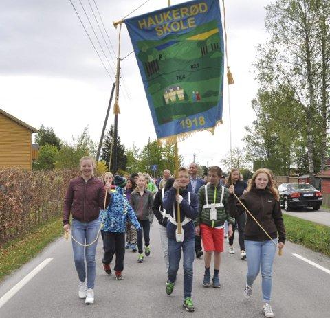 ØVELSE: Stolte Haukerød-elever øver til 17. mai med ny fane. Foran går  Siri Linea A. Grønlid, Arthur H. Klavenes og Ida Marie Sem. ALLE FOTO: ANN KRISTIN SAASTAD