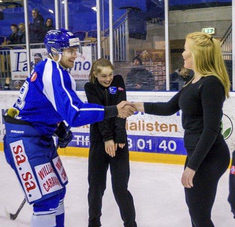 VANT: Henrik Malmström tok seg tid til å takke alle kunstløpjentene etter stafetten. Her er det Malin Normann som får takken etter oppgjøret de to imellom. I midten Mia Røstad.