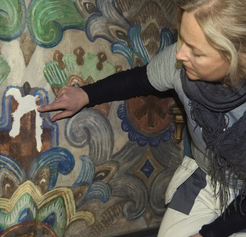 Uferdig:  Konservator Hilde Viker Berntsen viser hvor retusj gjenstår. foto: Svein -ivar pedersen