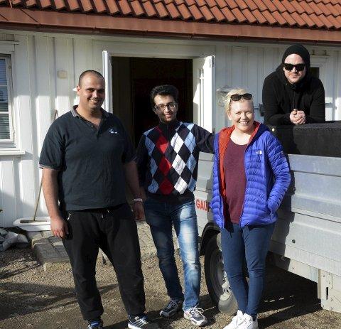 HJELPERE: Ceclie S. Larsen og mannen Kristian fikk flyttehjelp av Anas og Ghandy.foto: anne lill w. aas