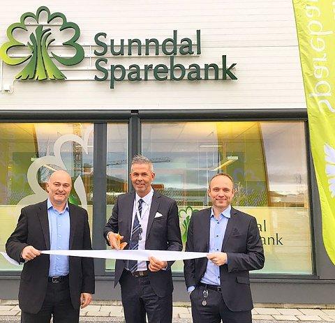 Sunndal sparebank, her representert ved adm. banksjef Jonny Engdahl (fra venstre), avdelingsbanksjef Meier Brevikog rådgiver Stig-Einar Sørensen, vil inn på Merkur Market. Bildet er tatt under åpningen av filial i Molde.