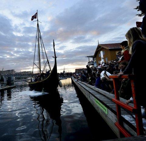 RYKENDE SKIP: Åpningsshowet fredag lokket mange publikummere til byen. Foto: Kirvil Håberg Allum