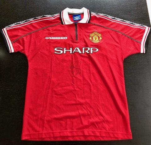 SOLGT: Den historiske Manchester United-drakta fra 1999, signert av ingen andre enn Ole Gunnar Solskjær, ble solgt for hele 30.000 kroner. Det var langt mer enn Tor Håvard Ertsås noen gang hadde drømt om.
