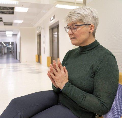 Årets navn: Ramona Lind i sykehuskorridoren på UNN i Tromsø, der sønnen Charlie Dan ligger i koma – noe han sannsynligvis aldri vil våkne opp fra. Ramona fortjener heder for sitt mot. Midt i sin verste sorg har hun stått fram og ropt et varsku om dårlig skodde utenlandske vogntog. Hun har trolig reddet liv med å stå fram.foto: Eskil Mehren/Nordlys