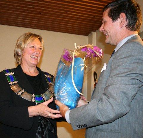 Mulig lønnskutt: Dersom Herdis Bragelien (bildet) igjen etterfølger Niels F. Rolsdorph som ordfører, som her i 2007, kan hun komme til å tjene 43.000 kroner mindre i året enn sin forgjenger.foto: Britt-Ellen Negård (ARKIV)