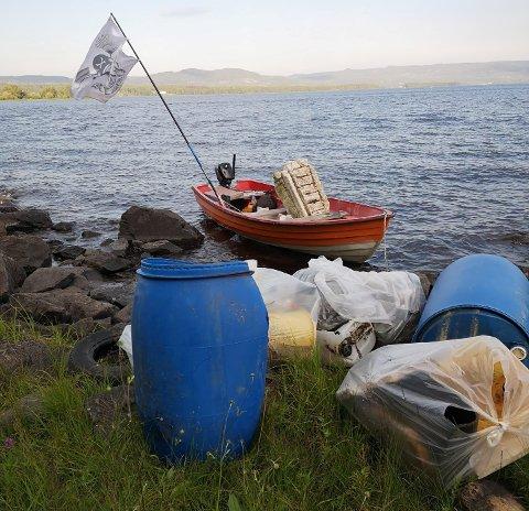 SØPPEL: Plastpiratene gjorde storfangst under toktet i Storsjøen.