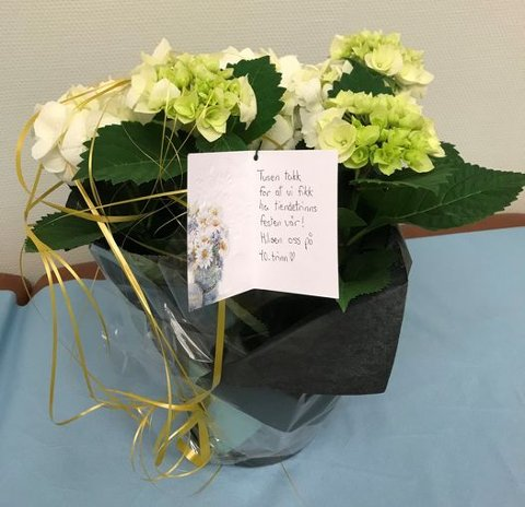 Kommunelege i Eidskog Jan-Øyvind Lorgen, ble både rørt og glad av blomstene han fikk av 10.trinn-elevene ved Eidskog ungdomsskole.