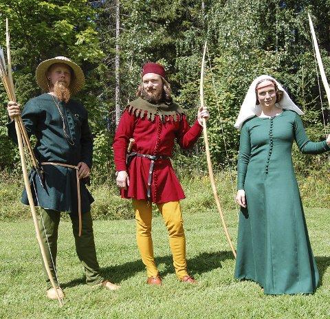 Reenactment: Fredrik Rudi, Allan Bjerke Andersson og Anne Dæhlen Østen viser fram sine plagg fra middelalderen.