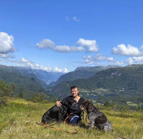 Har en drøm: Izabela Prestegård med sine to hunder. Hun nyter naturen og livet, og har et par reisedrømmer. Foto: Privat