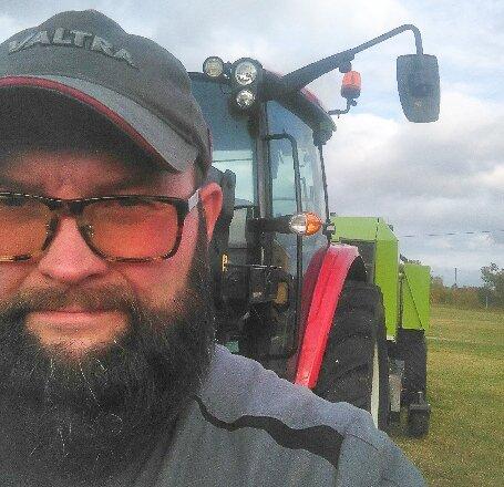 OVET HUNDRE: Traktoren til Jon Nikolaisen har over hundre hester. Og det kan trenges når han drar på maskinen som både presser og pakker de tunge rundballene.