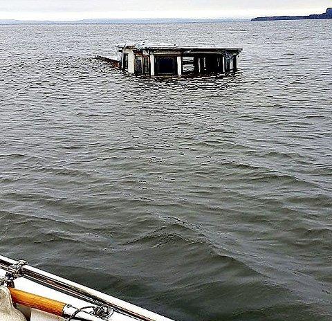 I FERD MED Å SYNKE: Skuta var i ferd med å synke da bildet ble tatt 18. oktober. Foto: Vestfold Interkommunale brannvesen