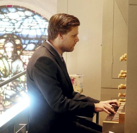 Debuterte i Botne kirke: Botne sogns nye organist Andreas Auby fikk det til å låte i hans første gudstjeneste i Botne kirke. Foto: Pål Nordby