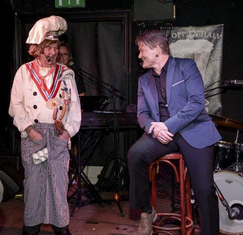 FRI DRESSUR: Kokken (Tor Erik Gunstrøm) i fri dressur sammen med konferansier Per Apelseth. Ingen tvil om at Kokken fikk latteren på gli allerede fra starten av.