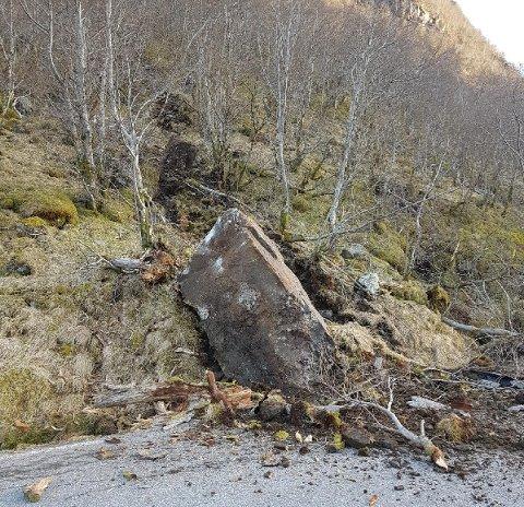 Delar av vegbanen i Matre er øydelagt etter at det onsdag kveld gjekk ras. Heldigvis kom ingen til skade. Foto: Tore Lyngnes/Trygve Hansen.