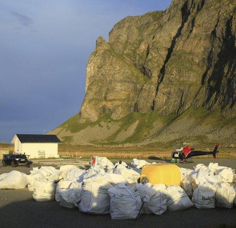 65 sekker: Hele 65 storsekker med strandsøppel ble hentet ut med helikopter på Værøy i 2017.Foto: June Grønseth