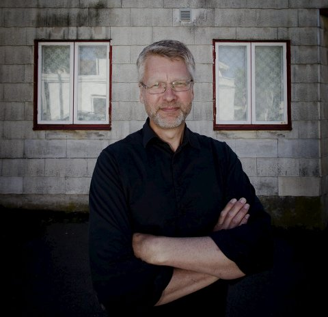 Huset: Ulf Schøien foran huset han har eid i 28 år.