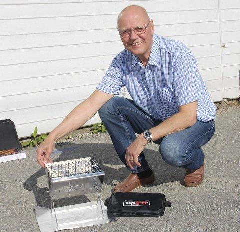 MILJØVENNLIG GRILLING: Arnold Julian Larsen håper at han med sin nye oppfinnelse, BarbIQ, skal få bukt med forsøpling fra engangsgriller. (Foto: Kine Moxness Sandnes)