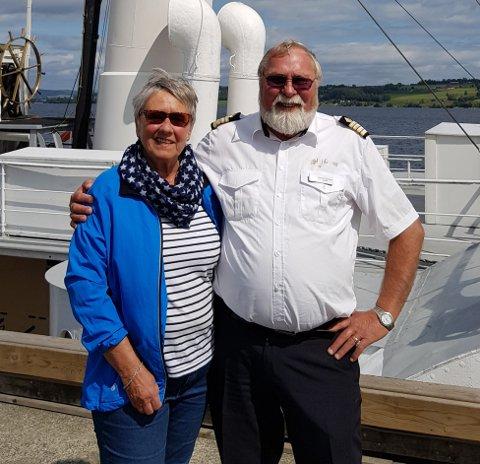PASSASJER NUMMER 10.000: Britt Roberg (til venstre) sammen med kaptein Steinar Selanger på Skibladner i anledning av at hun ble nummer 10 000 til å ta Mjøsas hvite svane denne sesongen.