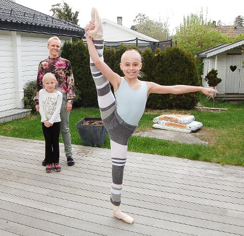 """DANSEGLEDE: 10 år gamle Leah Holt Solberg i Oppegård har satt seg klare mål her i livet: Hun skal danse hovedrollen i """"Nøtteknekkeren"""" på Operaen. Mor Lin Holt og søsteren Aida (7 år), som også danser, følger nøye med."""