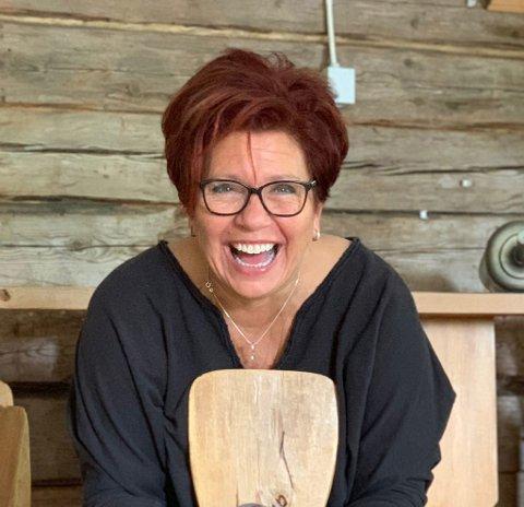 REAGERER: Bente Storsveen Åkervall driver turistmagasin på ferieøya Gran Canaria. Hun har sett seg leg på mobbingen av de som ønsker å ferie i utlandet nå.