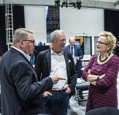 Gamle kjente: Høyres Gjert Gjertsen (t.v.) og Øivind Heyn slo av en prat med Turid Løsnæs (Ap) før møtet startet.