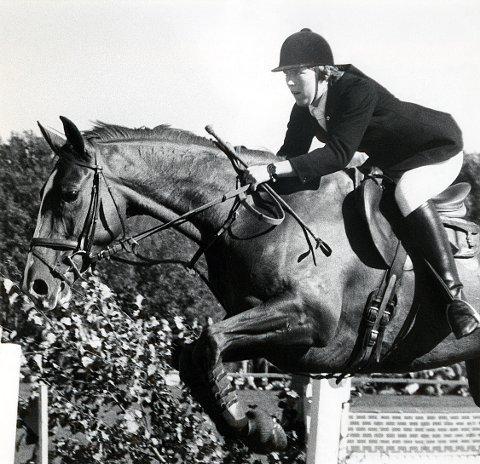 RIDESPORT. Ellen Islann fra Larvik Rideklubb vinner her NM og Kongepokalen i sprangridning 1977.