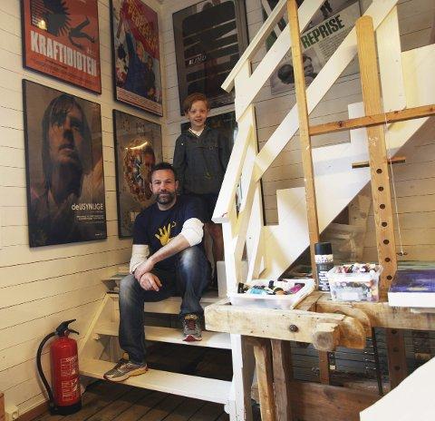 Kreative: Eivind Stoud Platou har laget 50-60 filmplakater, flere av dem har vunnet prestisjetunge priser. Sønnen Pelle (9) er også glad i å tegne. Foto: Lena Malnes
